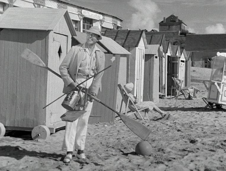 Jacques Tati maakt zijn debuut als Monsieur Hulot in Les Vacances de Monsieur Hulot (1953) Beeld Eye Filmmuseum
