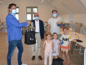 Jozef en Luc winnen Korte Keten-spaaractie en ontvangen tas met lokale streekproducten