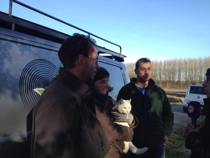 Boomchirurg Gijsbert Jan van Voorthuizen, eigenares Corrie Breij met Snowy en een behulpzame buurman.