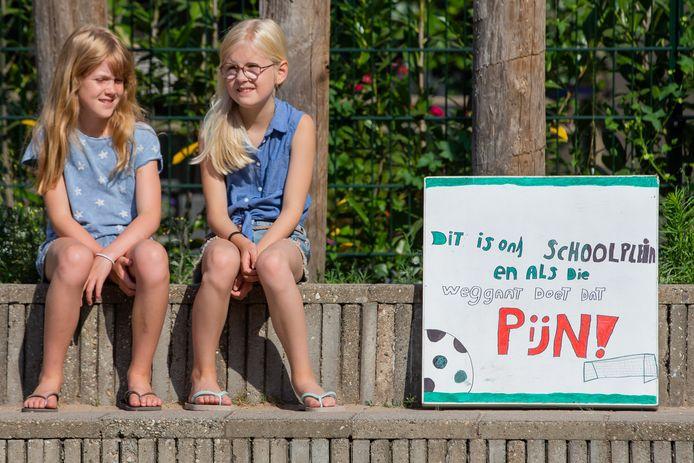 Kinderen protesteren tegen het voorgenomen besluit het trapveldje van De Buut te ontmantelen.