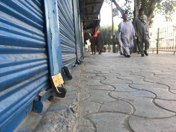 Un negozio chiuso a Jalalabad dopo che i talebani hanno preso il controllo della città.