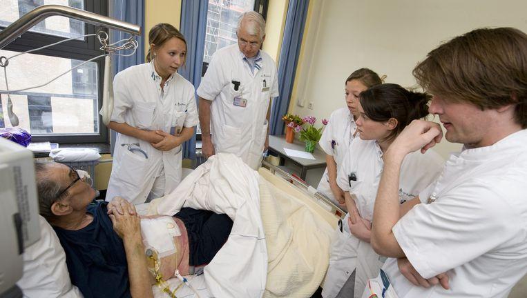 Een groep co-assistenten (stagiairs in een ziekenhuis) krijgt van een collega uitleg over het ziektebeeld van een patiënt. Beeld Hollandse Hoogte