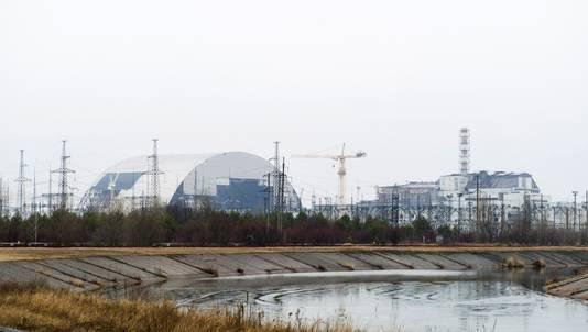 Over het reactorgebouw in Tsjernobyl wordt een koepel gebouwd die moet vermijden dat er nog meer radioactief materiaal kan lekken.