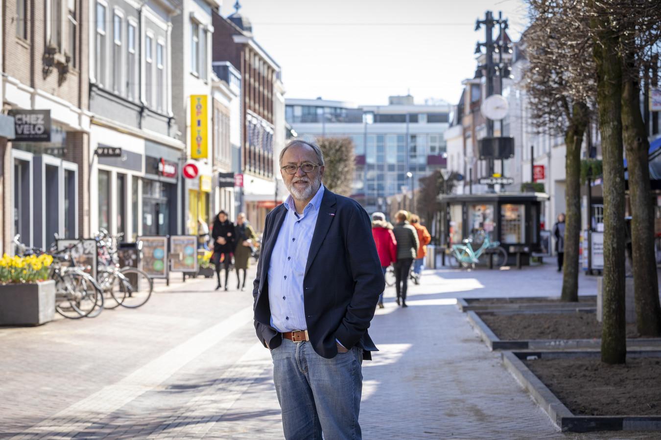 Paul Moers in de Grotestraat in Almelo. De marketinggoeroe spreekt binnenkort met het gemeentebestuur over de situatie van de lokale winkeliers.