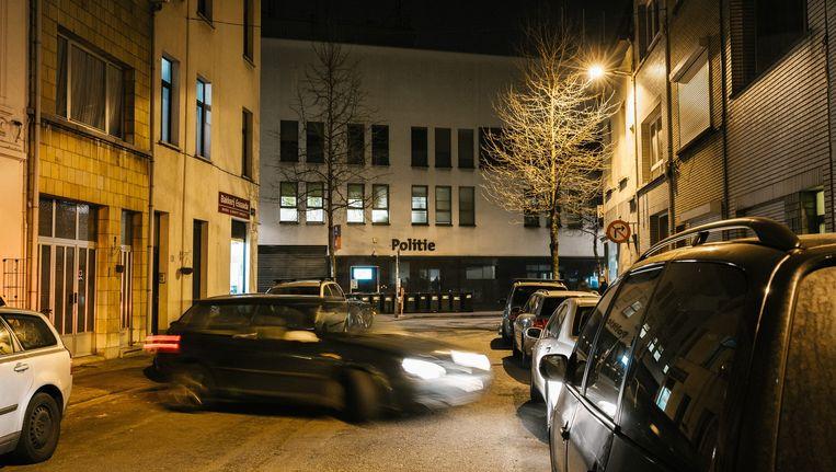 Het bewuste kantoor in de Handelstraat in Antwerpen waar de agenten die worden verdacht van afpersing en diefstal tewerk waren gesteld. Beeld Wouter Van Vooren