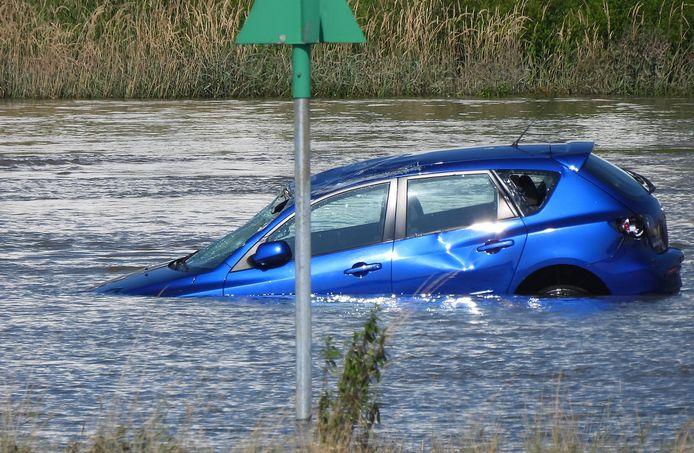 De auto kon nog worden gefotografeerd door Dick Zwiggelaar, vlak voordat het voertuig naar de bodem van de rivier zonk.