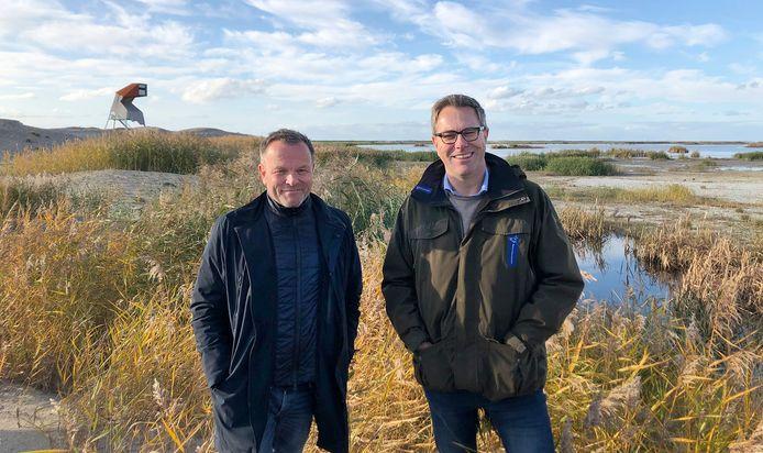 Dirk Anbeek van Landal GreenParks (links) en Marc van den Tweel van Natuurmonumenten op de Marker Wadden