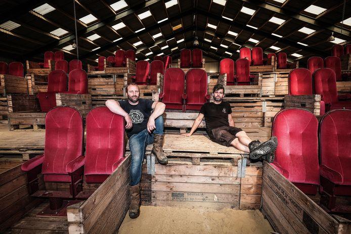 Initiatiefnemer Koos Wolters (links) en Bart Jan Risseeuw in de voormalige manage Landsmaat in Groessen waar in juli en augustus ieder weekend optredens zijn.
