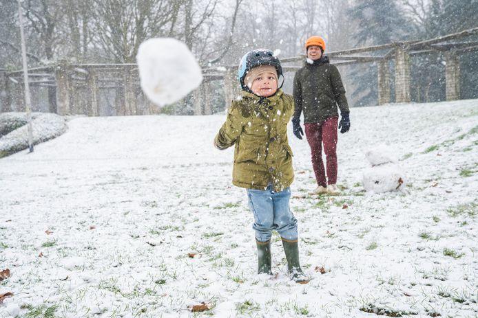 Sneeuwballen gooien naar fotografen is altijd leuk.