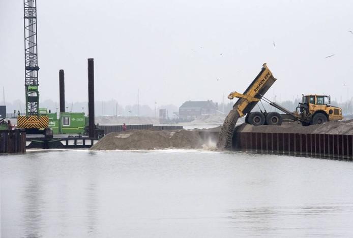 Er wordt een brug van zand gecreëerd in de Vissershaven.