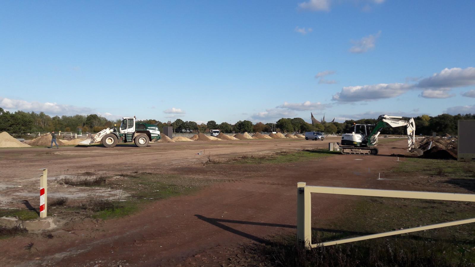 Aan het verbeteren van de parkeerterreinen van de Efteling wordt hard gewerkt. In de verte de entree van het park, het Huis van de Vijf Zintuigen.
