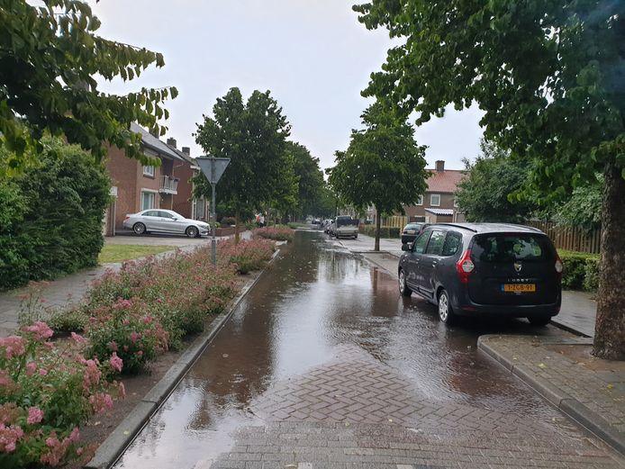 De Jonkheer de la Courtstraat in Vlijmen werd wederom geteisterd door wateroverlast.