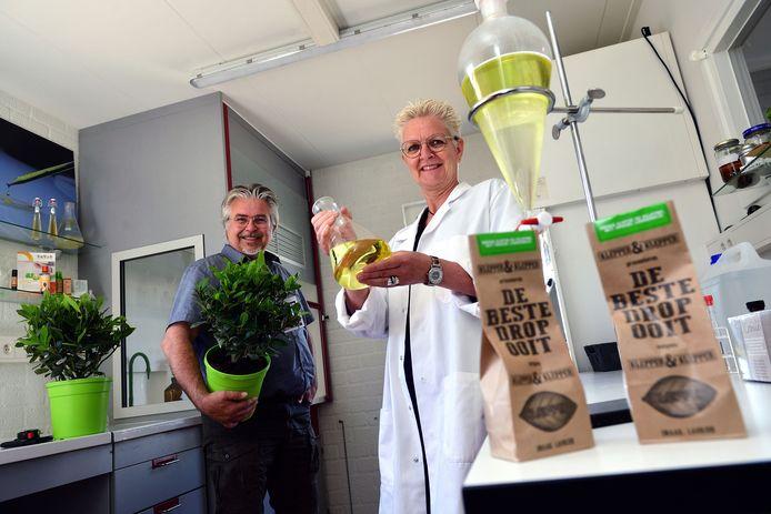 Charl Goossens en Nicole van Beers in het laboratorium van laurierkwekerij Gova.