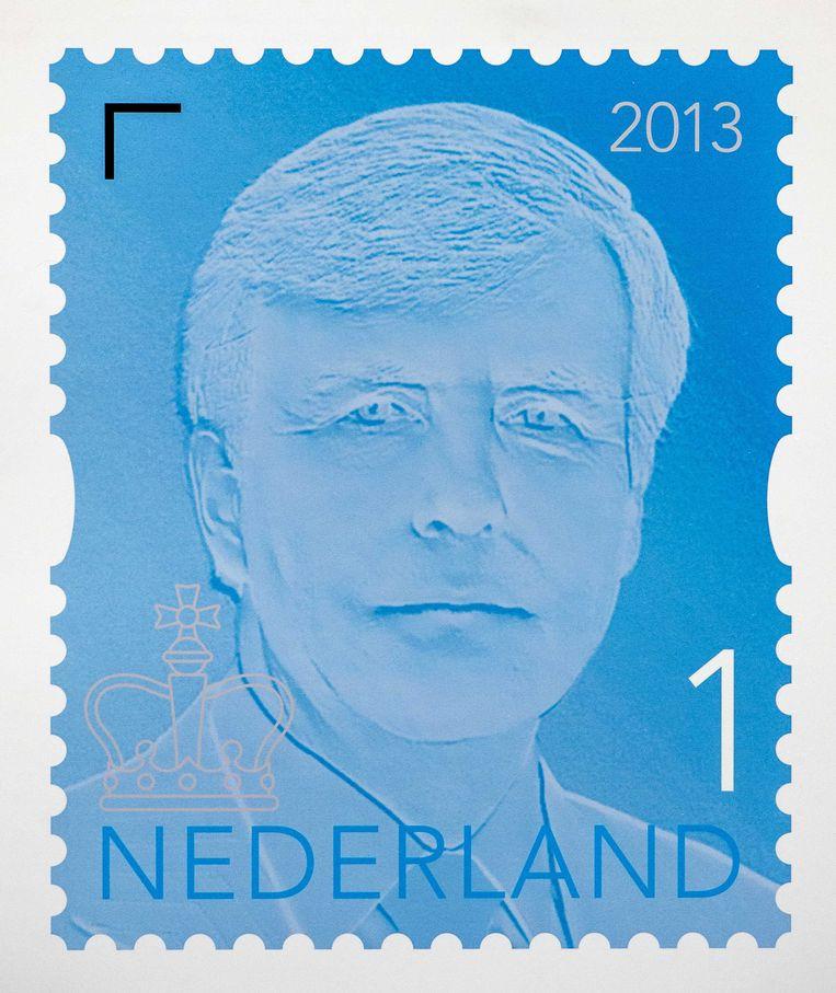 2013-11-27 DEN HAAG - Het eerste exemplaar van de nieuwe permanente koningspostzegel van PostNL. Het eerste exemplaar werd overhandigd aan koning Willem-Alexander. ANP ROYAL IMAGES ROBIN VAN LONKHUIJSEN Beeld ANP