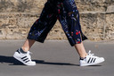 De jongste generaties vrouwen geven volgens Mortelmans het goede voorbeeld, met platte schoenen, ofwel sneakers.