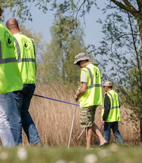 Veteranen Search Team oefent in Etten-Leur: 'Halt! Daar hangt een spijkerbroek in de boom'