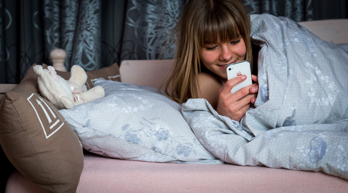 Jongeren kijken te veel naar schermen met blauw licht in de avond, waardoor ze regelmatig kampen met slaapproblemen.