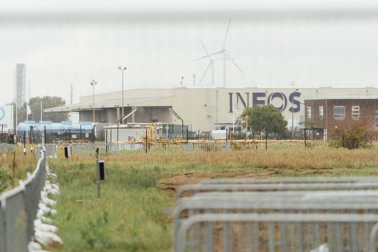 De activisten vrezen dat Ineos in zijn nieuwe fabrieken voor de productie van plastic schaliegas gaat gebruiken, een erg vervuilende brandstof. Beeld illias teirlinck