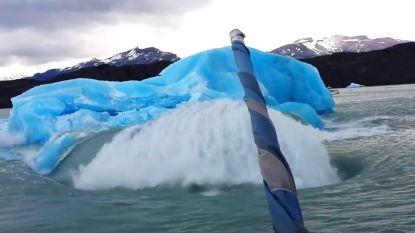 Toeristenboot wordt overweldigd door  sensationele verrassing van de natuur
