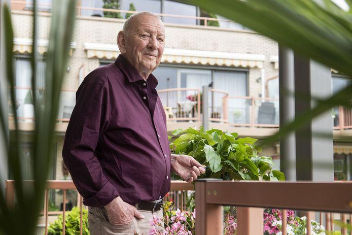 Gerrit Lammers op het balkon van zijn appartement. Vijf dagen na zijn operatie kreeg hij een koninklijke onderscheiding in het clubgebouw van Bon Boys.