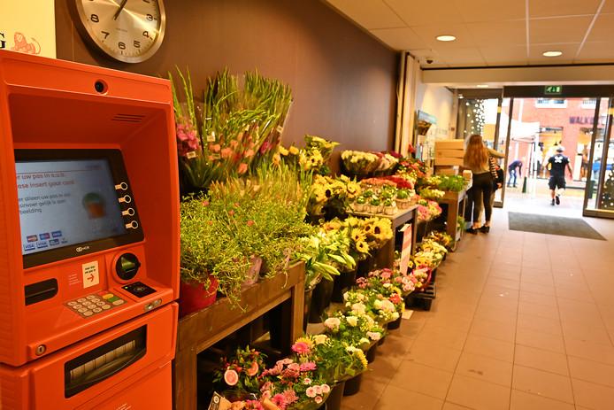 De geldautomaat bij  Albert Heijn is een van de weinige plekken in Grave waar nog geld gehaald kan worden.