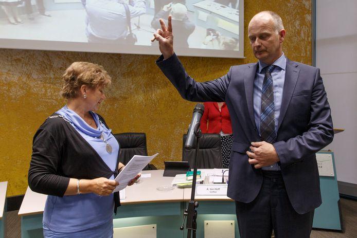 Wim Brus uit Giethoorn vier jaar geleden bij zijn installatie als wethouder door toenmalig burgemeester Marja van der Tas.