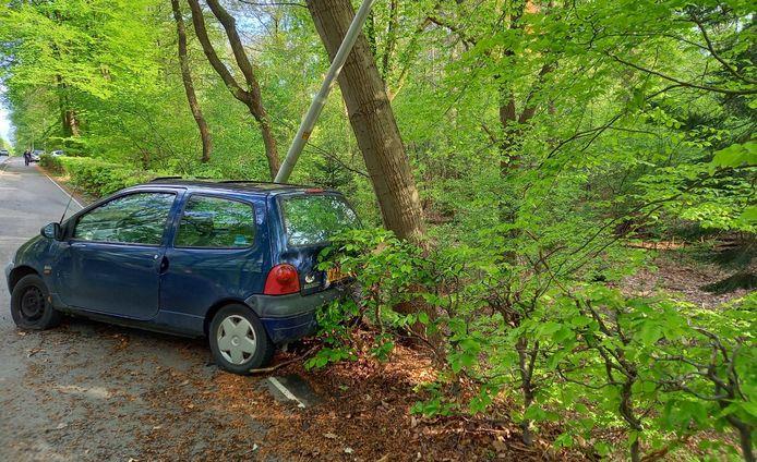 Automobilist botste tegen een boom.