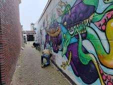 Omstreden kunstwerk van man met pistool bij oude synagoge weldra weg uit  Alphens stadshart
