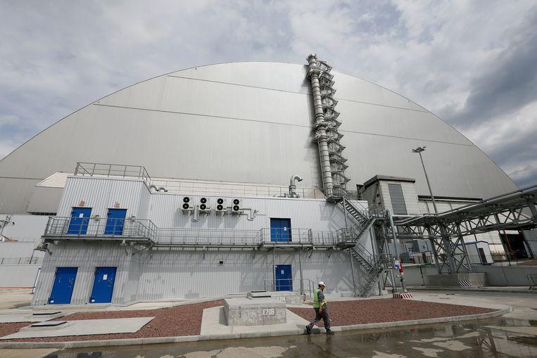 Over de beschadigde reactor werd een nieuwe structuur gebouwd om de straling tegen te houden. Beeld REUTERS