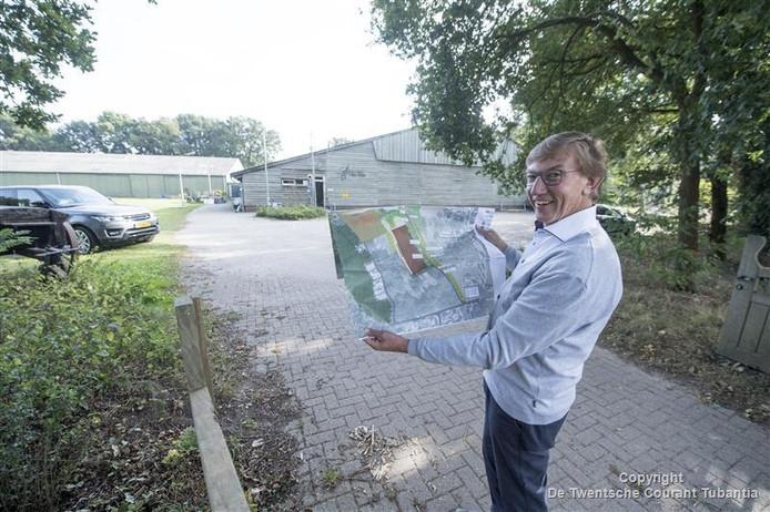 Gerard Korbeld met de bouwtekening voor de lokatie van de oude manege, die plaats maakt voor een nieuw hippisch centrum.