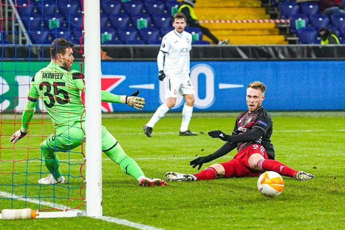 Nicolai Jørgensen komt tot opluchting van CSKA-doelman Igor Akinfeev een teentje tekort om Feyenoord in Moskou op voorsprong te zetten.