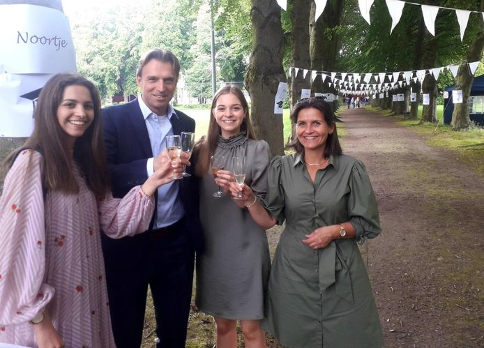 Laatstejaarsstudente Noortje klinkt met haar familie op haar diploma