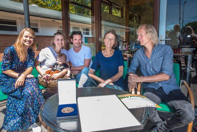 Liliane Mandema vorige maand met haar man Hans en gezin bij Haag Atletiek waar zij de Sportpenning van Den Haag kreeg.