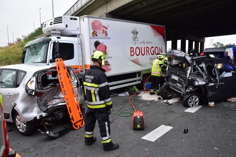 De voorruit van de truck raakte verbrijzeld en ook twee andere auto's liepen zware schade op.