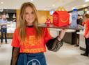 Joy (BeautyNezz) serveert  in de Mac in Apeldoorn-Zuid. Het is McHappy Day en Joy (600.000 volgers op YouTube) is ambassadeur van het Ronald McDonald Kinderfonds.