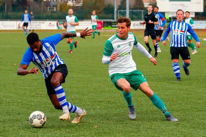 Juremy Reker (l) in actie voor FC Eindhoven AV. Rechts Stijn Lanen van Geldrop.
