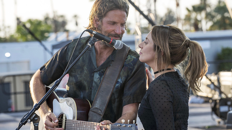 Bradley Cooper en Lady Gaga in 'A Star Is Born'. Beeld imdb