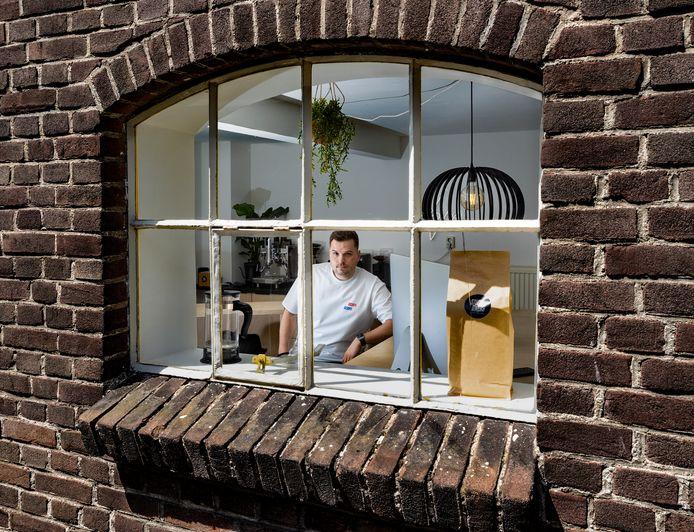 """Niels Hardeman is een koffietentje en ontwerpstudio begonnen in Beek en Donk met de naam Studio Dwèrs. ,,Veel mensen vroegen me waarom ik niet voor mezelf begon. Eigenlijk had ik die ambitie niet echt."""""""