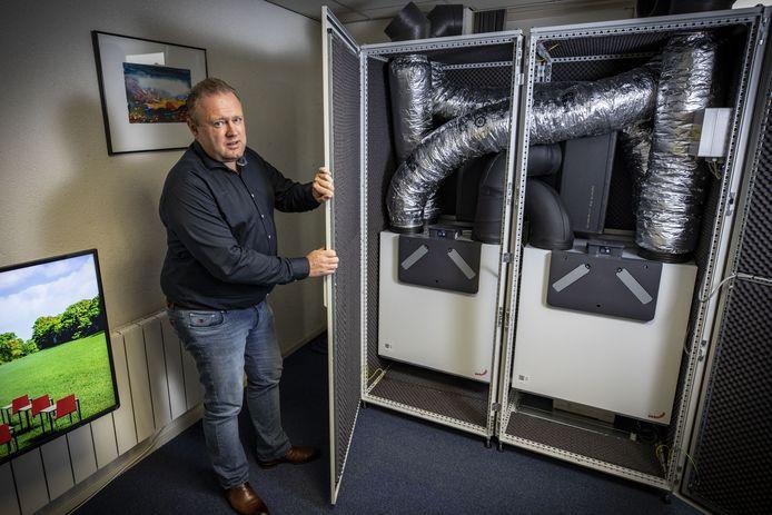 """Alexander Bloemen van ventilatiespecialist/groothandel Harry Bloemen bij zijn speciale ventilatie-unit, die geen succes is geworden: """"Je verkijkt je op de krappe ruimte in lokalen."""""""