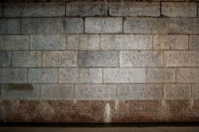De oorspronkelijke muur van de Gedempte Zuiderdokken is zichtbaar in de parking