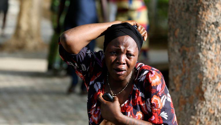 Een vrouw huilt als de slachtoffers van de aanslag binnenkomen bij het ziekenhuis in Abuja. Beeld REUTERS