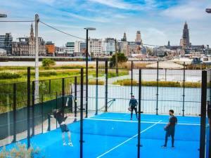 Padellen met zicht op de skyline van Antwerpen: Club Cabane springt mee op de padelkar