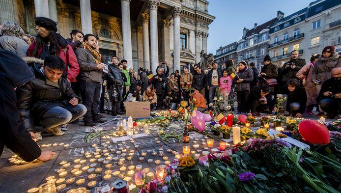 Op het Beursplein zoeken honderden mensen steun bij elkaar na de aanslagen in Zaventem en Brussel. Er worden kaarsen aangestoken, bloemen neergelegd en met stoepkrijt boodschappen op de grond geschreven.