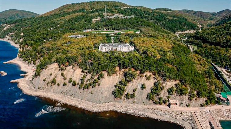 Beeld uit de documentaire van het team van Navalny van het paleis op een klif bij de Zwarte Zee.  Beeld AP