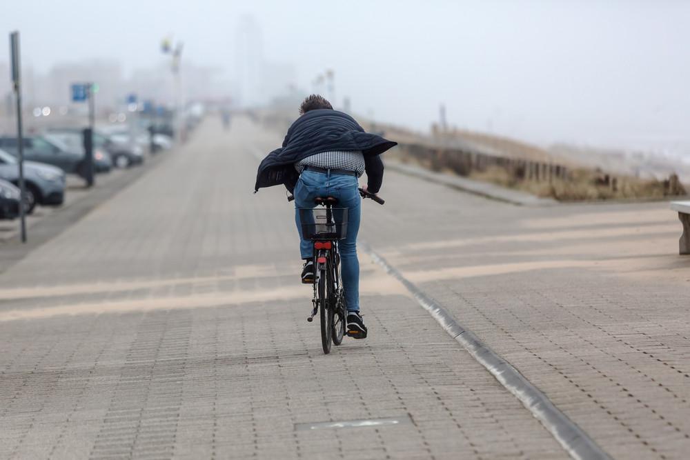 Foto ter illustratie. Als we moeten fietsen met tegenwind, onthouden we dat makkelijker dan als we wind mee hadden gehad.