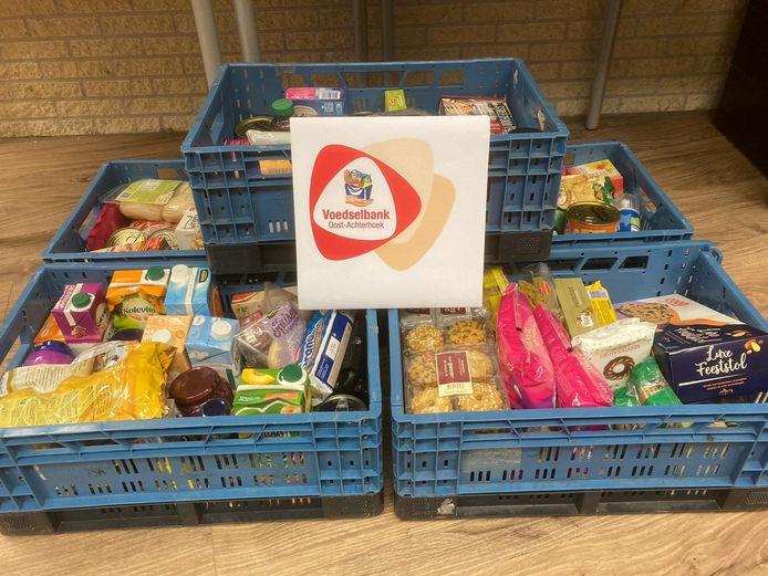 Leerlingen en docenten van het Marianum hebben kratten gevuld voor de Voedselbank Oost-Achterhoek.