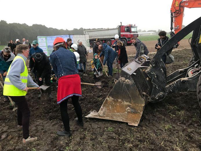 De Boekelse ecodorpers schepten een bak van een loader vol