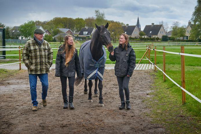 Eric Brouwer, Yasmijn Levolger en Elke van Toledo met het paard Domingo.