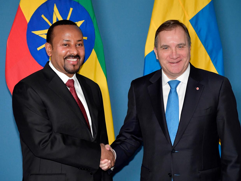 Premier Stefan Lofven van Zweden begroet premier Abiy Ahmed Ali van Ethiopië. Die neemt vandaag de Nobelprijs voor de vrede in ontvangst.