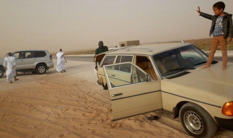 Met zoon en Mercedes dwars door de Sahara. Beeld Judith Quax